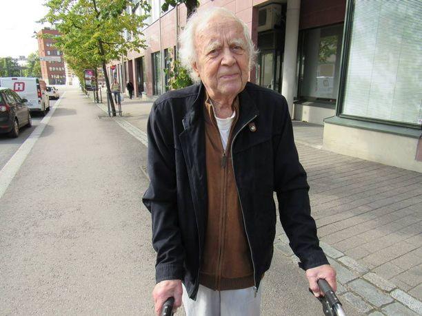 Entinen Nordean pankinjohtaja Pentti Räisänen, 90, on Raisa Räisäsen vaari ja hänestä pojantyttären kohtalon tutkiminen pitäisi lopettaa.