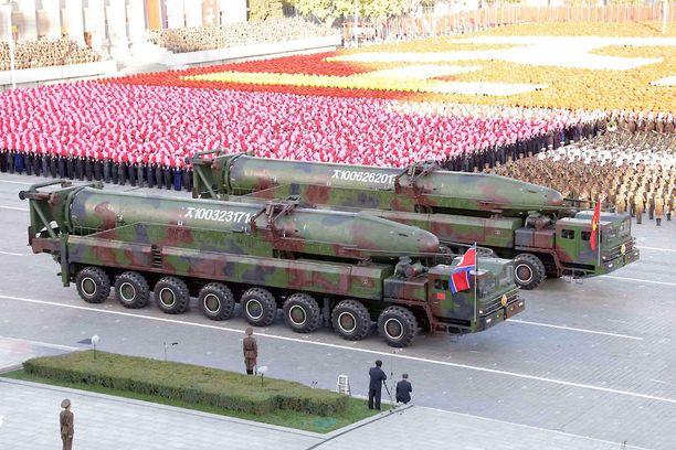 Pohjois-Korean uutistoimiston välittämä kuva paraatista, jossa Pohjois-Korea esitteli sotakalustoaan lokakuussa 2015. Suurten ohjusten uskotaan olevan KN-08 mannertenvälisiä ballistisia ohjuksia.