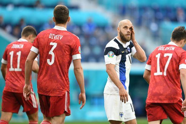 Teemu Pukki ja muu Huuhkajien joukkue joutui pettymään ottelussa Venäjää vastaan.