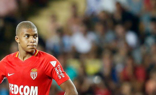 Kylian Mbappea viedään kovaa vauhtia Monacosta PSG:hen.
