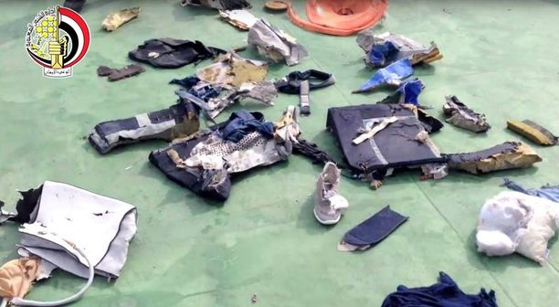 Egyptin armeija on löytänyt merestä esineitä, joiden uskotaan kuuluneen matkustajakoneessa olleille.