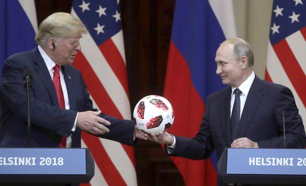 Putin lahjoitti Trumpille virallisen MM-kisajalkapallon Helsingin tiedotustilaisuuden päätteeksi.