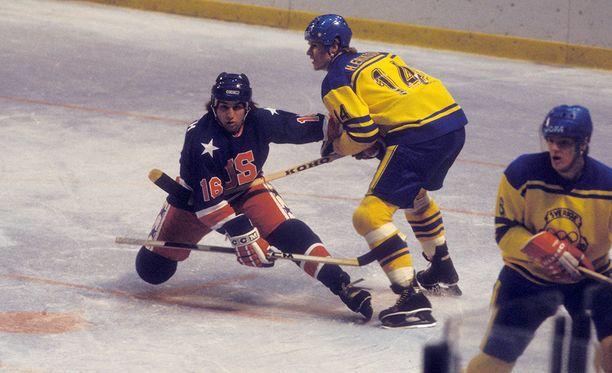 Mark Pavelich (vas.) kuului USA:n Miracel on ice -joukkueeseen. Kuvassa vierellä Ruotsin Håkan Eriksson.