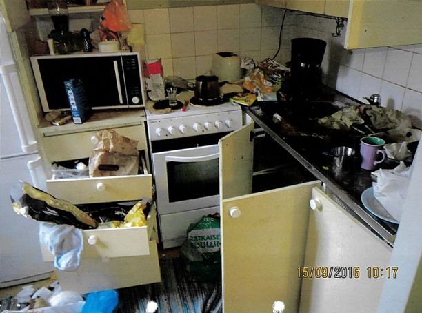 Täysin tukittu tiskiallas aiheutti vesivahingon, joka laajeni alakerrankin asuntoihin.