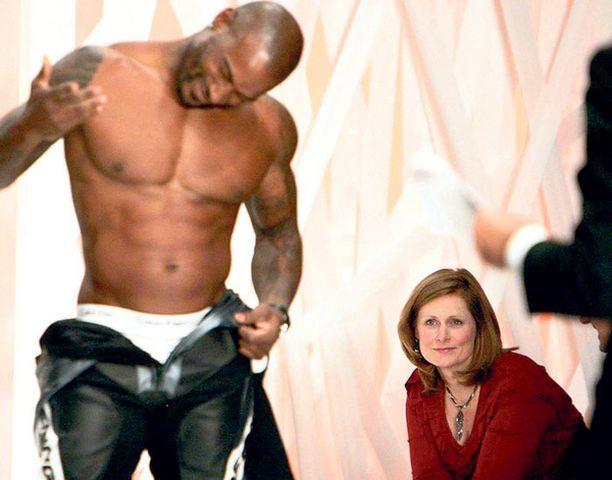 ÄLÄ UJOSTELE! Englannin pääministerin maailmaa nähnyt vaimo Sarah Brown kannusti Lontoon muotiviikolla miesmallia esittelemään myös kalsonkejaan.