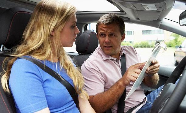 Autokoulussa opettajan ja oppilaan henkilökemioilla on myös merkitystä. (Kuvan ihmiset eivät liity tapaukseen.)