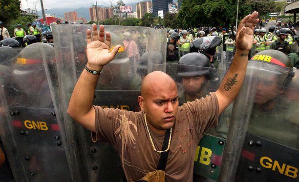 Kansa voi pian nousta kapinaan talouskriisin piinaamassa Venezuelassa, varoittavat Yhdysvaltain tiedusteluviranomaiset.