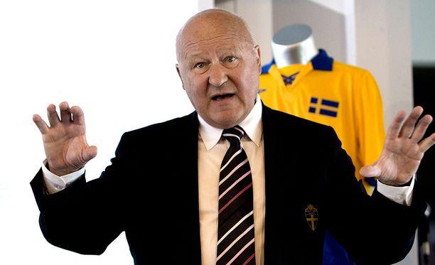 Ruotsin jalkapalloliiton entinen puheenjohtaja Lars-Åke Lagrell antaa ymmärtää, että Gunilla Axen valehteli kertoessaan pelaajien lähettämistä peniskuvista.