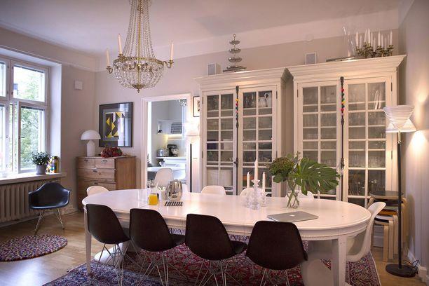 Keittiön vieressä sijaitsee ruokasali.