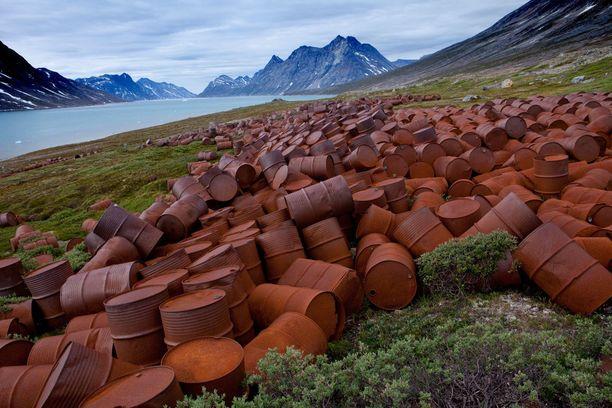 Entisen sotilastukikohdan rannassa ruostuu satoja hylättyjä tynnyreitä.