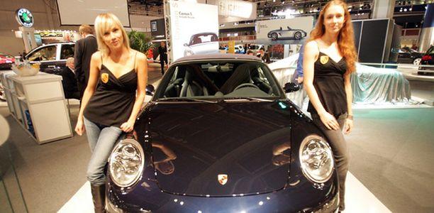 Muodikas musta jyllää automarkkinoilla.