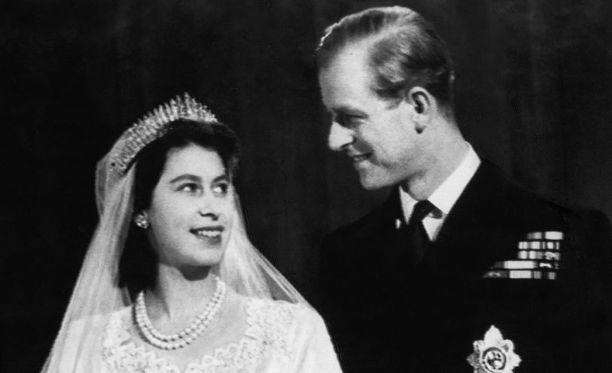 Elisabet oli vain hieman toisella kymmenellä tavatessaan tulevan aviomiehensä. Hääpäivä marraskuussa 1947 ei jättänyt arvailujen varaan sitä, onko kyse todellisesta rakkaudesta.