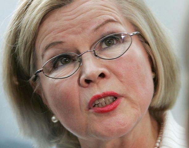 Leena Luhtaselta vaaditaan selvitystä ministeriön johdon suhtautumisesta vaalirahaongelmiin.