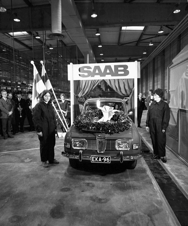 Marraskuussa 1969 valmistui Uudenkaupungin autotehtaan ensimmäinen menopeli, Saab 96. Uusikaupunki sai Saabien valmistuksen muun muassa hyvien kulkuyhteyksiensä vuoksi.