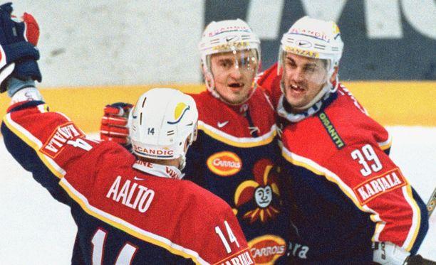 Frank Banham (oikealla) juhli Ville Peltosen kanssa Jokereissa vuonna 2002.
