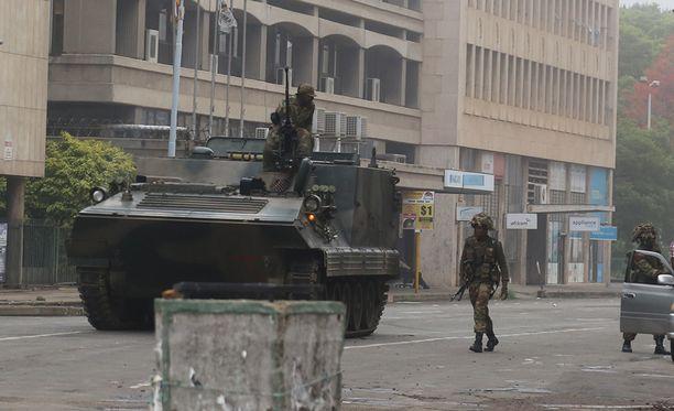 Sotilaat partioivat pääkaupunki Hararen kaduilla varhain keskiviikkona.
