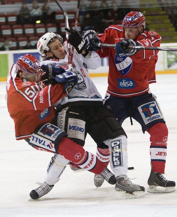 Antti Erkinjuntti (kesk.) pelasi mainiot pudotuspelit TPS:n paidassa.
