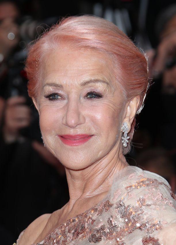 Helen Mirren leikittelee hiusvärillä. Pastellinen sävy tarttuu helposti vaaleisiin hiuksiin, ja lookia voi kokeilla vaikka vain päivän verran.
