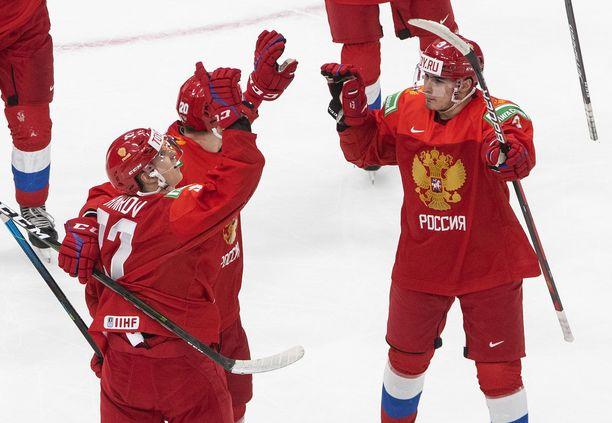 Rodion Amirov (27), Kirill Kirsanov (20) ja Artemi Knjazev (3) saivat tuulettaa Ruotsi-ottelussa.