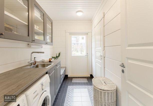 Jos kodinhoitohuoneestasi löytyy ikkuna tai ovi, kokeile elävöittää huonetta viherkasvilla.