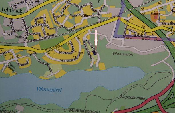 Juomatehtaan paikka on merkitty karttaan nuolella. Se jää nykyisten Vikkulankujan ja Tervahaudantien väliin.