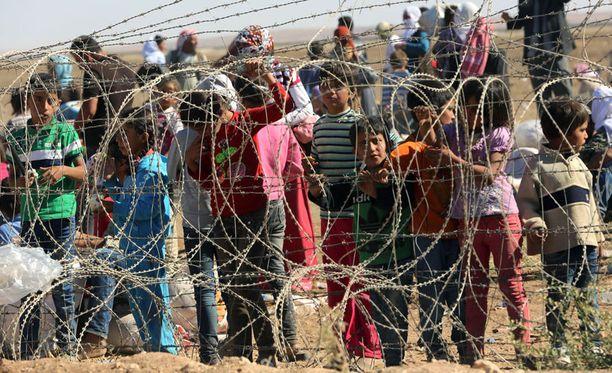 Syyriasta Kobanin alueelta pakenevia on kerääntynyt Turkin ja Syyrian rajalle.