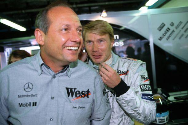 Ron Dennis toimi Mika Häkkisen tallipäällikkönä suomalaisen McLaren-kausilla 1993–2001.