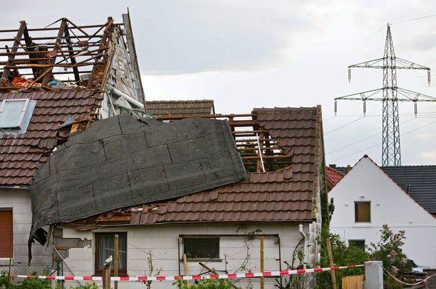 Mindenissä katot lähtivät taloista irti maanantaina.
