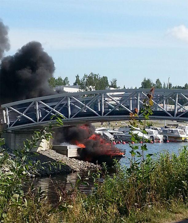 Vene syttyi tankkauksen ja käynnistämisen jälkeen ilmiliekkeihin Kuopiossa