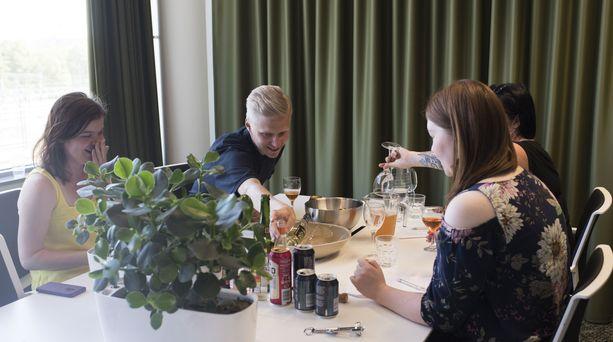 Siideritestiin osallistuivat (vasemmalta) Ingrid Viertola, Joonas Lehtonen, Emmi Niiniaho ja Laura Kähkölä.