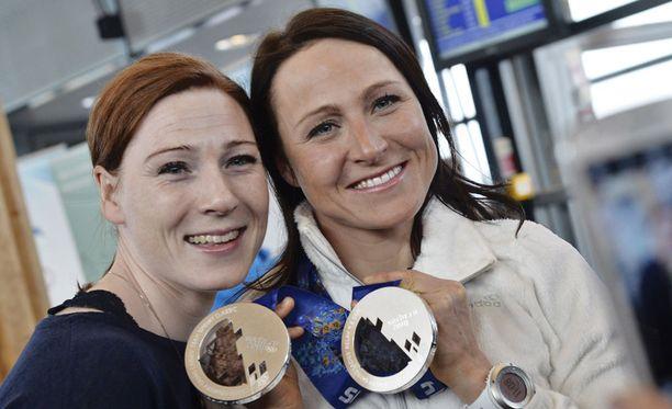 Vielä vuonna 2014 siskosten välit olivat ainakin valokuvauskunnossa. Maija (vas.) oli mukana Aino-Kaisan olympiamitalijuhlissa.
