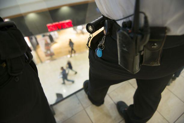 Poliisi epäilee, että osassa tutkittavista rikoksista mies on käyttänyt hyväkseen rooliaan vartijana. Kuvituskuva.