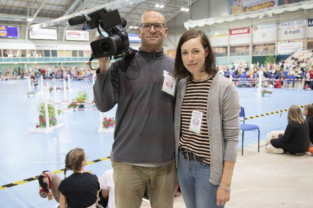 Clemens Boeckel ja Claudia Kaffanke matkustivat Saksasta Suomeen vain ja ainoastaan keppihevoskilpailua dokumentoidakseen.