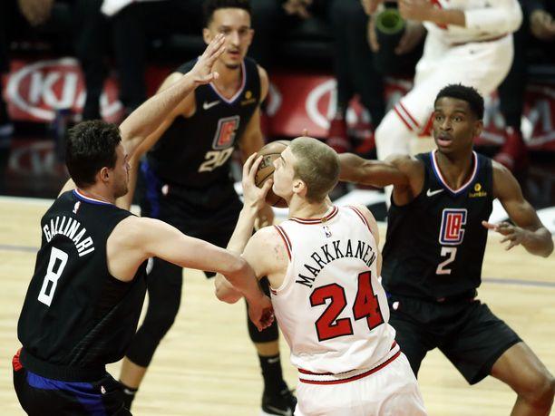 Lauri Markkanen pysyi tiukasti Clippers-pelurien pihdeissä.