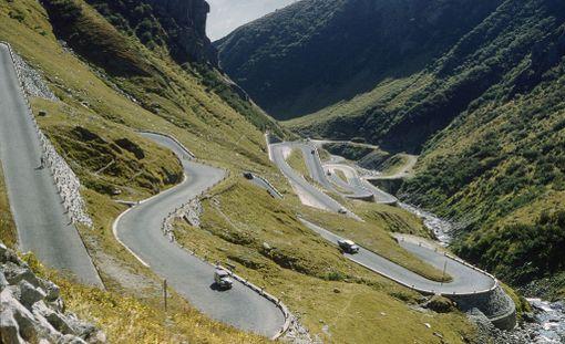 Ennen tunnelin valmistumista autot joutuivat ajamaan St. Gotthardin solan läpi kiemuraisia teitä. Kuva on vuodelta 1964.