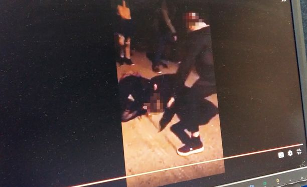Tytön pahoinpitelyn lisäksi tilanne kuvattiin videolle ja sitä levitettiin sosiaalisessa mediassa.