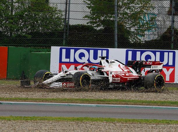 Kimi Räikkönen pyörähti ulos radalta ja sai rajun rangaistuksen.