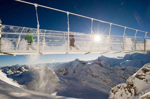 Titlis-vuorella Sveitsissä kulkeva silta ei sovi heikkohermoisille.