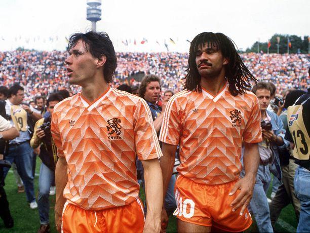 Marco Van Basten ja Ruud Gullit (vas) juhlivat Länsi-Saksassa järjestetyn EM-turnauksen voittoa Münchenin Olympiastadionilla kesällä 1988.
