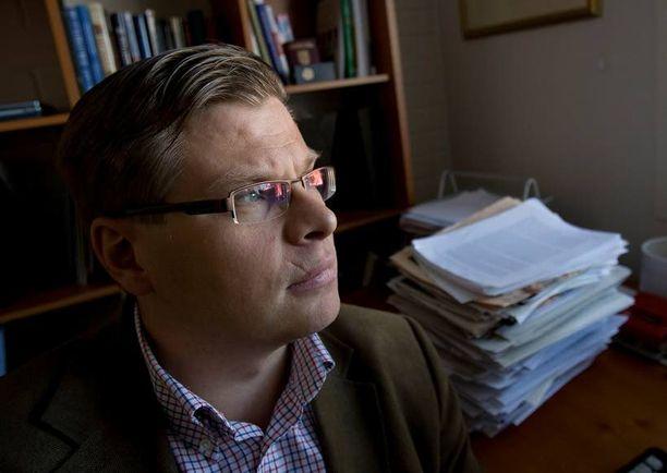 Turun kauppakorkeakoulun professori Kari Liuhto heittää romukoppaan suomalaisten asiantuntijoiden vielä viime vuonna hellimät käsitykset Venäjän ruusuisesta talouskehityksestä. – Jos hyvin menee, Venäjän bruttokansantuote tippuu ensi vuonna kolme prosenttia, jos huonosti, niin mitä tahansa voi tapahtua.