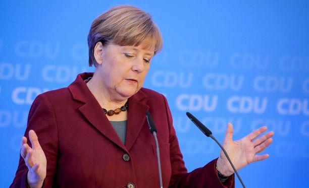 Saksan liittokansleri Angela Merkel on perunut matkansa Sveitsiin pakolaisten aiheuttamien jännitteiden vuoksi.