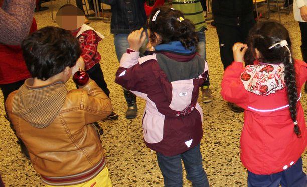 Turvapaikanhakijan oleskelu Suomessa muuttuu laittomaksi siinä vaiheessa, kun turvapaikkahakemukseen tehty kielteinen ratkaisu on saanut lainvoiman. Kuvituskuvassa Suomesta turvapaikkaa hakeneiden perheiden lapsia.