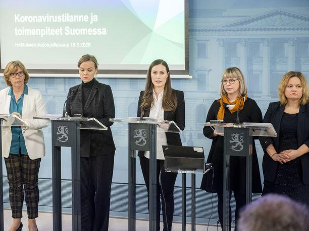Pääministeri Sanna Marinin (sd) hallitus saa eduskunnan perustuslakivaliokunnalta moitteita valmiuslain perusteluiden puutteista.