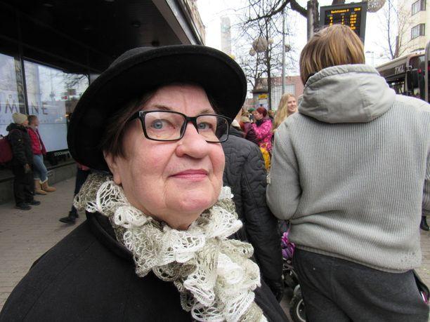 Eläkeaktiivi Anja Koivistoinen suuttui kansanedustajien päätöksestä.
