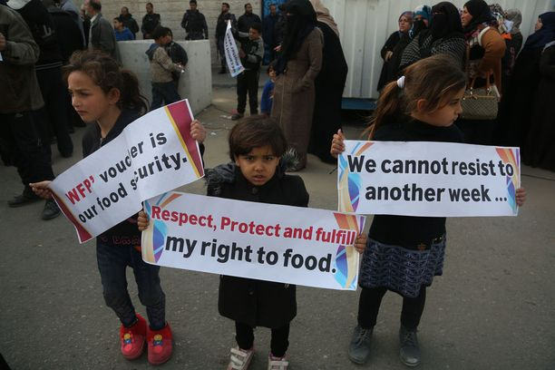 Palestiinalaiset osoittivat viime torstaina mieltään avustusleikkauksia vastaan Gazassa.
