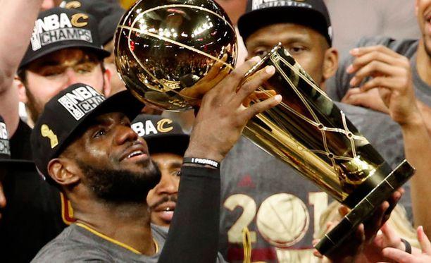Clevelandin LeBron Jamesin tunteen olivat pinnassa voiton jälkeen. Cleveland voitti Golden State Warriorsin lukemin 93-89.