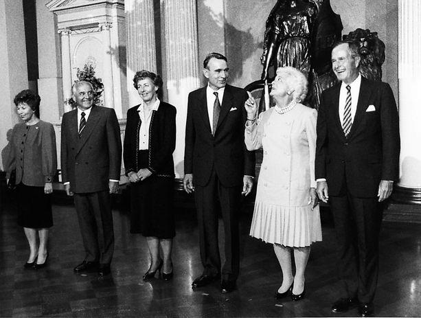 Presidenttipari Koivisto isännöi Bushin ja Gorbatshovin tapaamista vuonna 1990.