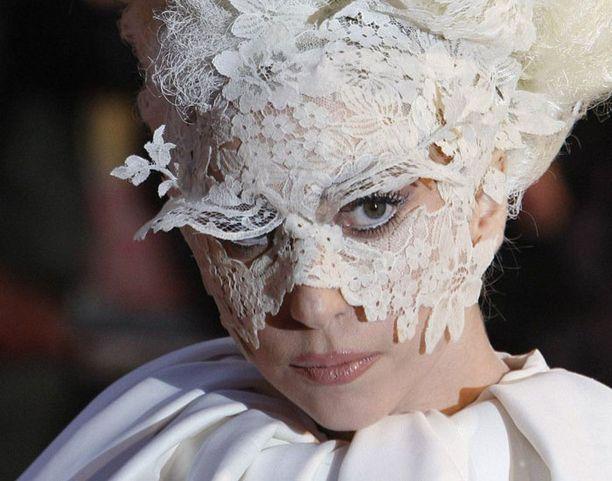 Kovaa keikkatahtia pitänyt Lady Gaga väsyi keikallaan sunnuntaina.