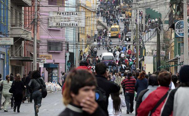 Säikähtäneet ihmiset juoksivat Valparaison kaupungin kaduilla.
