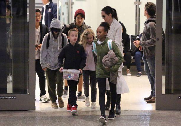 Angelina Jolie on jo palannut lastensa kanssa Los Angelesiin.